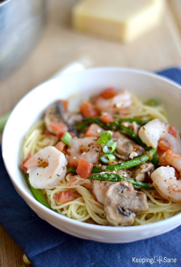 white bowl with spaghetti pasta with shirmp and asparagus