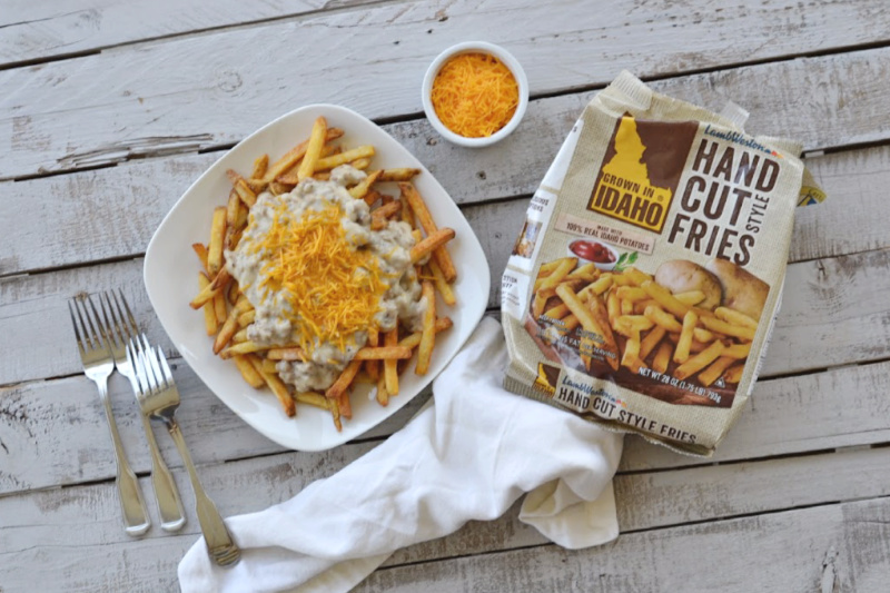 You are going to love this spin on a classic Canadian staple. Click over and grab this delicious recipe for Southern poutine.